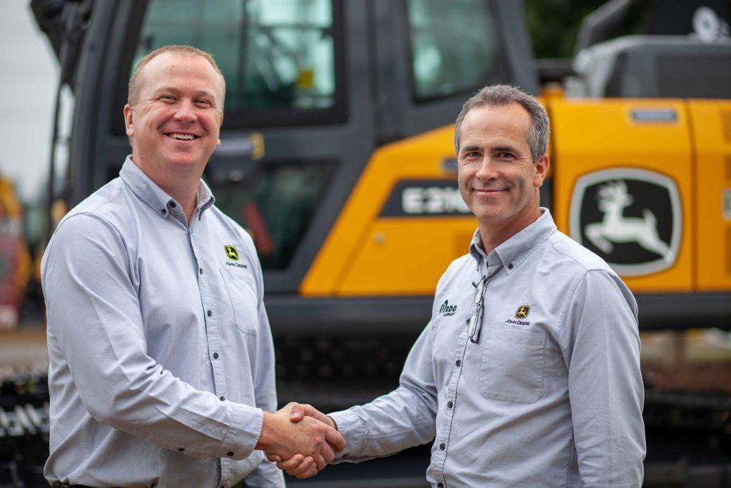 Jeff Kraft from John Deere Construction and Forestry shaking hands with RDO Equipment Australia's Mark Khun